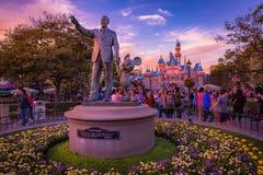Disneyland und Walt Disney Statue lizenzfreie stockfotografie