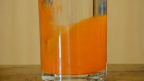 Disolución anaranjada del polvo del sabor del electrólito en de agua dulce almacen de metraje de vídeo