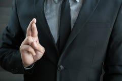 Disonestà, concetto di frode di affari, uomo d'affari che mostra le dita Fotografie Stock Libere da Diritti