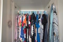 Disordinato e sudicio dei vestiti delle donne Fotografia Stock
