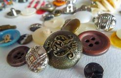 Disorganized a coloré des boutons avec le fond blanc photographie stock