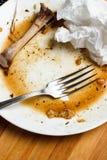 Disossi il pollo su un piatto un fondo bianco Fotografia Stock