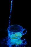 Disparado da água que cai em um copo Fotografia de Stock Royalty Free
