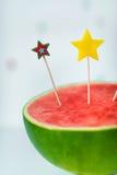 Disparado da melancia com velas do aniversário nela Bolo de aniversário do vegetariano Imagens de Stock