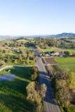 Vista acima de um país redondo em Califórnia nas horas de manhã Foto de Stock