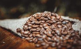 Disparado de feijões de café em um saco Imagem de Stock