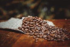 Disparado de feijões de café em um saco Fotografia de Stock