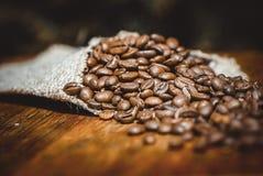Disparado de feijões de café em um saco Fotos de Stock