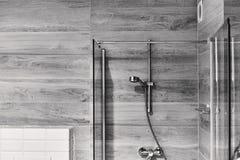 Disparado de um banheiro preto e branco à moda com uma cabeça de chuveiro Foto de Stock