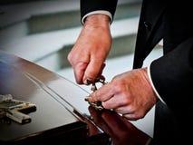 Disparado de um caixão colorido em um carro fúnebre ou da capela antes do funeral ou do enterro no cemitério fotografia de stock