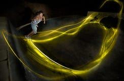 Disparado de um indivíduo que skateboarding em um parque do patim da noite Fotos de Stock