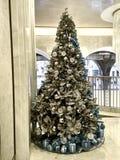 Disparado de uma árvore de Natal decorada grande imagens de stock royalty free