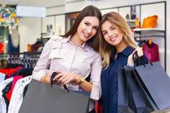 Disparado de uma compra indo das jovens mulheres bonitas Fotografia de Stock