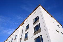 Disparado de uma fachada de um edifício novo no céu azul Imagem de Stock