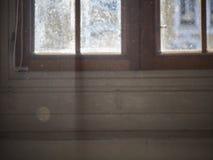 Disparado de uma janela com a luz que entra fotos de stock