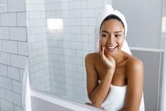 Disparado de uma jovem mulher bonita com uma toalha Fotografia de Stock Royalty Free