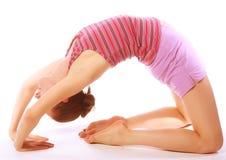 Disparado de uma jovem mulher desportiva que faz o exercício da ioga. Imagem de Stock