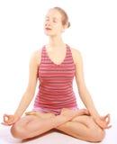 Disparado de uma jovem mulher desportiva que faz o exercício da ioga. Imagens de Stock Royalty Free