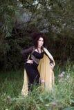 Disparado de uma mulher da bruxa em uma floresta escura Fotos de Stock Royalty Free