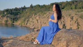 Disparado de uma mulher gravida vídeos de arquivo