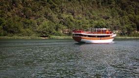 Disparado do barco turístico que flutua no rio filme