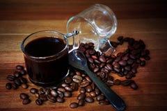 Disparado do feijão do café e de café do assado na tabela de madeira foto de stock