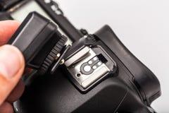Disparador sem fio, com a câmera isolada no fundo branco Equipamento fotográfico fotografia de stock