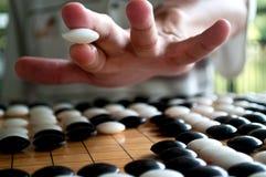 Disparaissent la main de joueur tenant le morceau blanc Images libres de droits