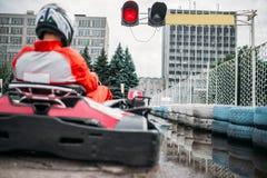 Disparaissent le conducteur de kart sur la ligne de début, vue arrière Photographie stock
