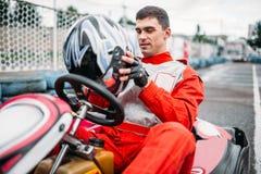 Disparaissent le conducteur de kart sur la voie karting de vitesse Images stock