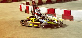 Disparaissent le kart, course extérieure rivale karting d'opposition de course de vitesse, racin Images libres de droits