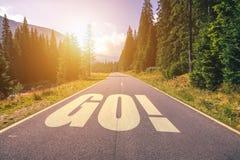 DISPARAISSENT le mot sur la route de route dans les montagnes Images libres de droits