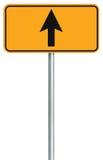 Disparaissent le panneau routier droit devant d'itinéraire, signage d'isolement jaune du trafic de bord de la route, cet indicate photographie stock