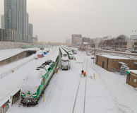DISPARAISSENT le train dans la neige Photos stock