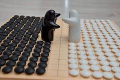 Disparaissent les morceaux de jeu et deux chiffres noirs et blancs Photos stock