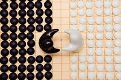 Disparaissent les morceaux de jeu et deux chiffres noirs et blancs Image stock