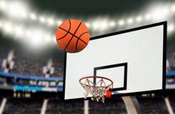 Disparando em um objetivo do basquetebol Imagens de Stock