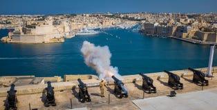 Dispare contra el fuego de saludar la batería de Lascaris en La Valeta, Malta Imágenes de archivo libres de regalías