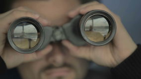 Dispatcheren kontrollerar flygtrafiken med kikare i flygplats i kontrolltorn lager videofilmer