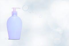 Dispencer blu del sapone con le bolle Fotografia Stock Libera da Diritti