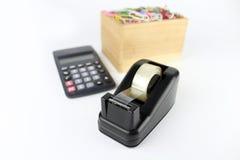 Dispensador de la cinta del escritorio con la calculadora foto de archivo