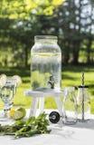 Dispensador del agua en el jardín Fotografía de archivo libre de regalías