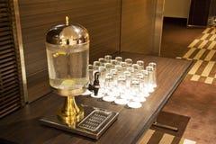Dispensador y vidrios del agua Imágenes de archivo libres de regalías