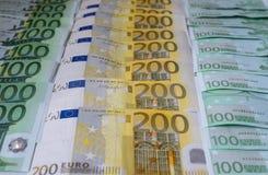 Dispersé 200 euros, 100 euro billets de banque Image stock