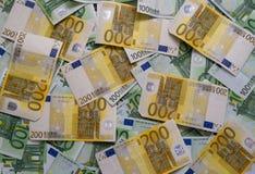 Dispersado 200 euros, 100 billetes de banco euro Fotos de archivo libres de regalías
