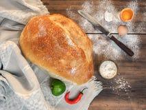 Dispersado na farinha da tabela, na sopa com sal, na gema, na pimenta vermelha e na paprika verde Ainda vida com pão no Fotografia de Stock Royalty Free