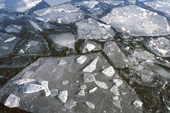 Dispersión de las masas de hielo flotante de hielo machacadas Foto de archivo