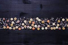 Dispersion des boutons et des accessoires brillants en métal pour la couture Image libre de droits