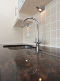 Dispersore di cucina moderno con granito Worktop Fotografia Stock Libera da Diritti
