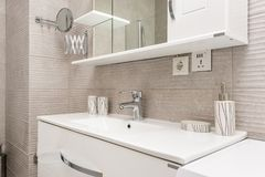 Dispersore in stanza da bagno moderna Fotografia Stock